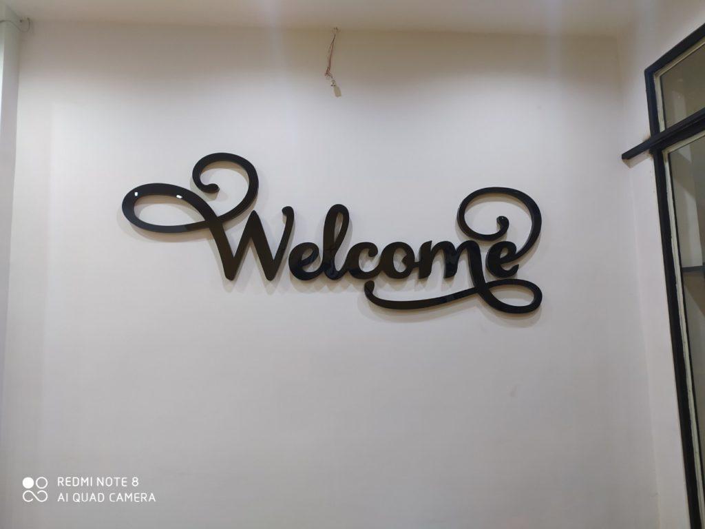 nhận làm logo welcome bằng mica uốn nổi