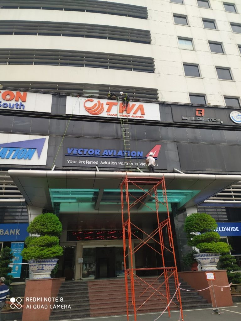 là đơn vị chuyên nhận thiết kế và thi công lắp ráp biển hiệu quảng cáo tại các tòa nhà ở tp.hcm